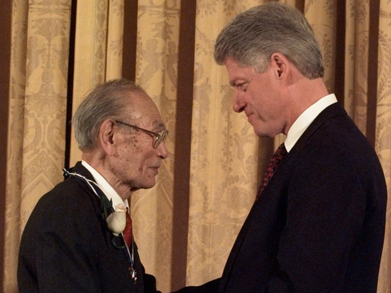 President Clinton presents Fred Korematsu with a Presidential Medal of Freedom