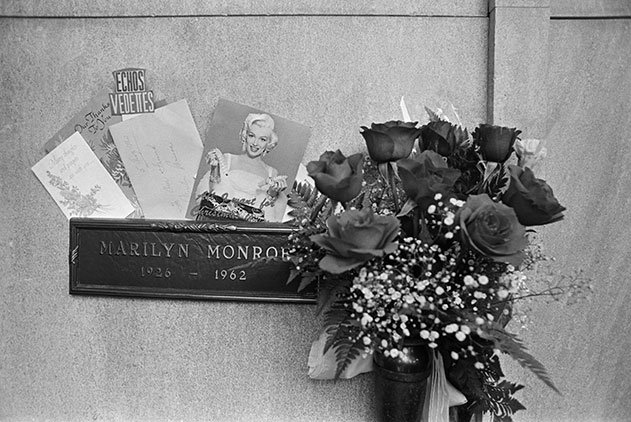 Joe DiMaggio roses on Marilyn Monroe grave