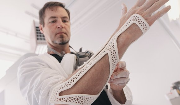 Preview thumbnail for video'This Bionic Suit May Be the Future of Prosthetics